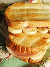 ハムとバナナとピーナツバターのサンドイッチ